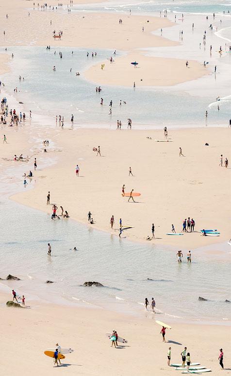 Surfeurs et baigneurs à la plage